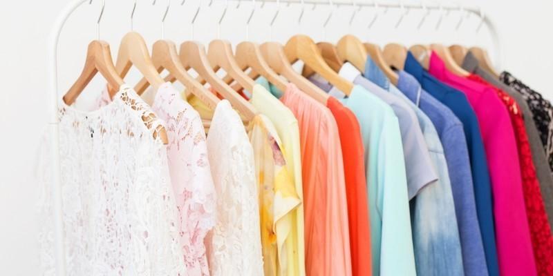 транспорт на дрехи на закачалки